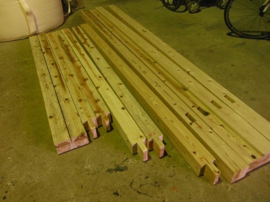 ホゾを刻んだ柱と桁。
