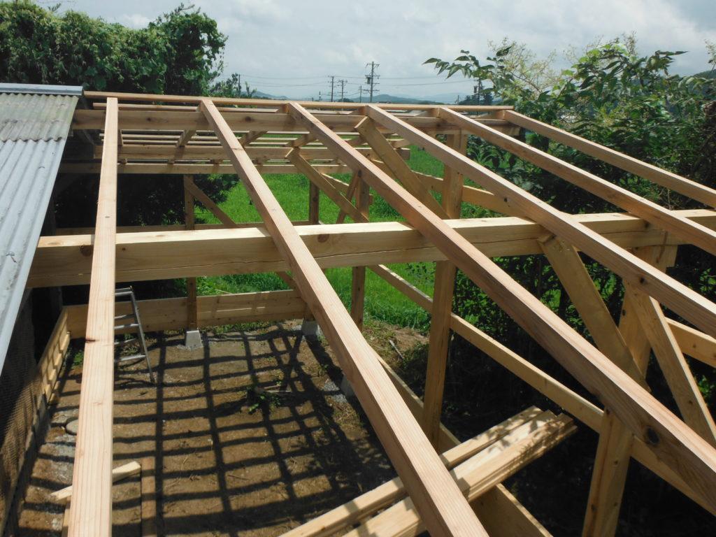 屋根垂木を張る。