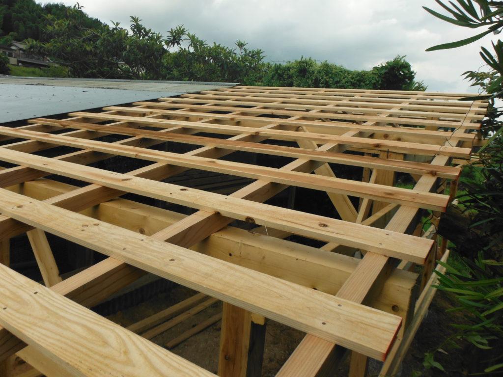 屋根に抜き板を張る。