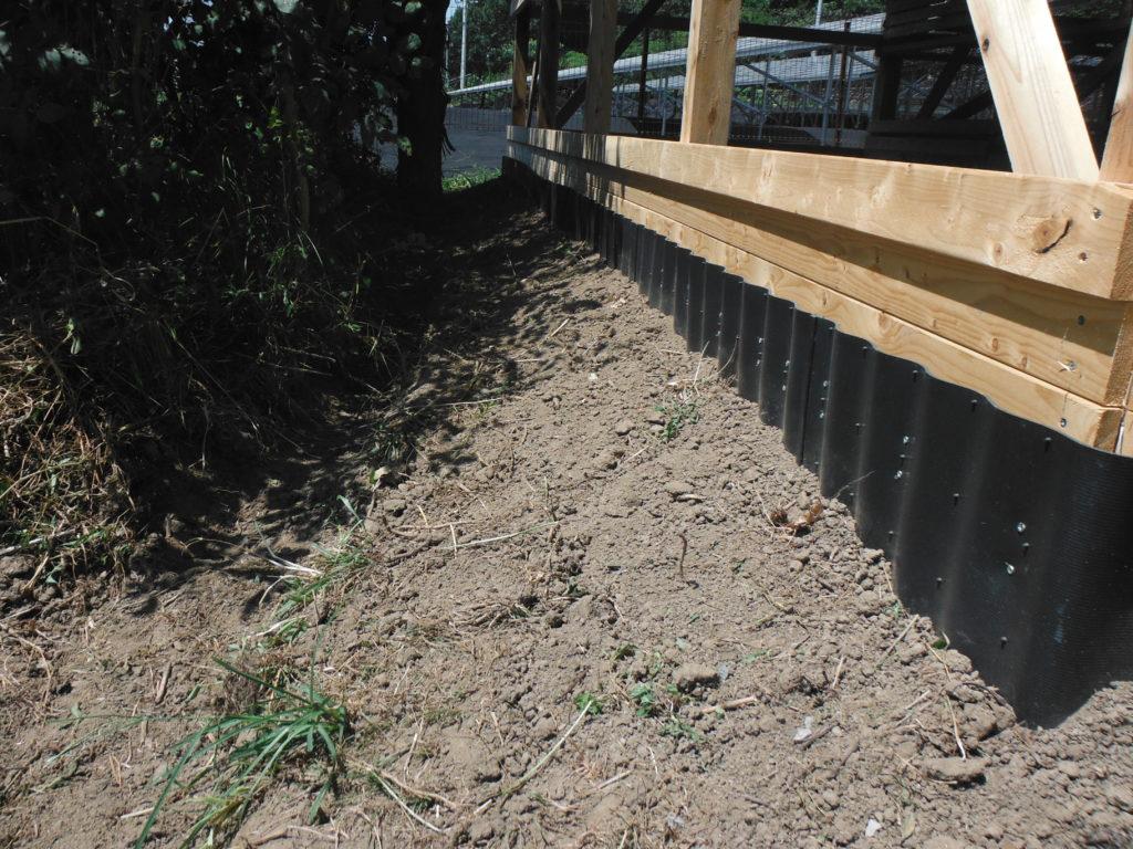 外周に溝を掘り排水対策。