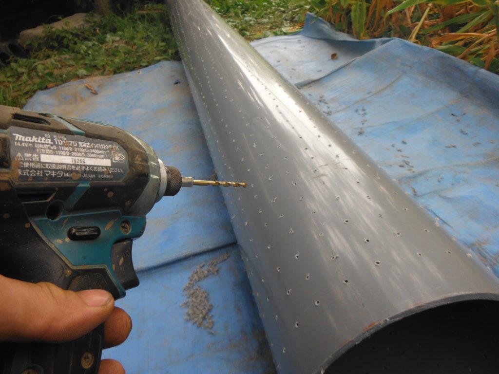 塩ビ管の井戸枠に穴を開ける。