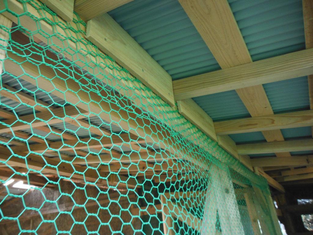 屋根と桁の隙間を埋める。