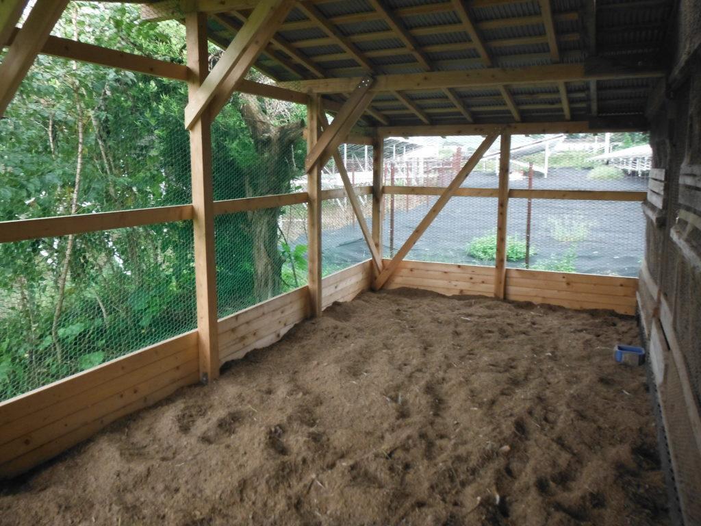鶏小屋の増設が完成する。