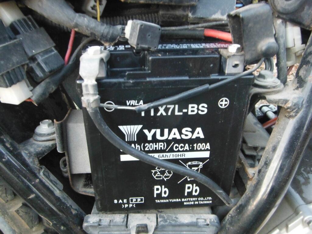 グラストラッカーのバッテリーを取り付ける。