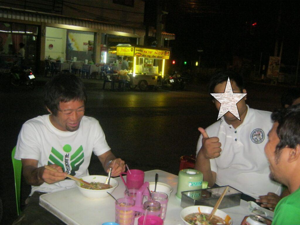 屋台で、道場の仲間とご飯を食べる。