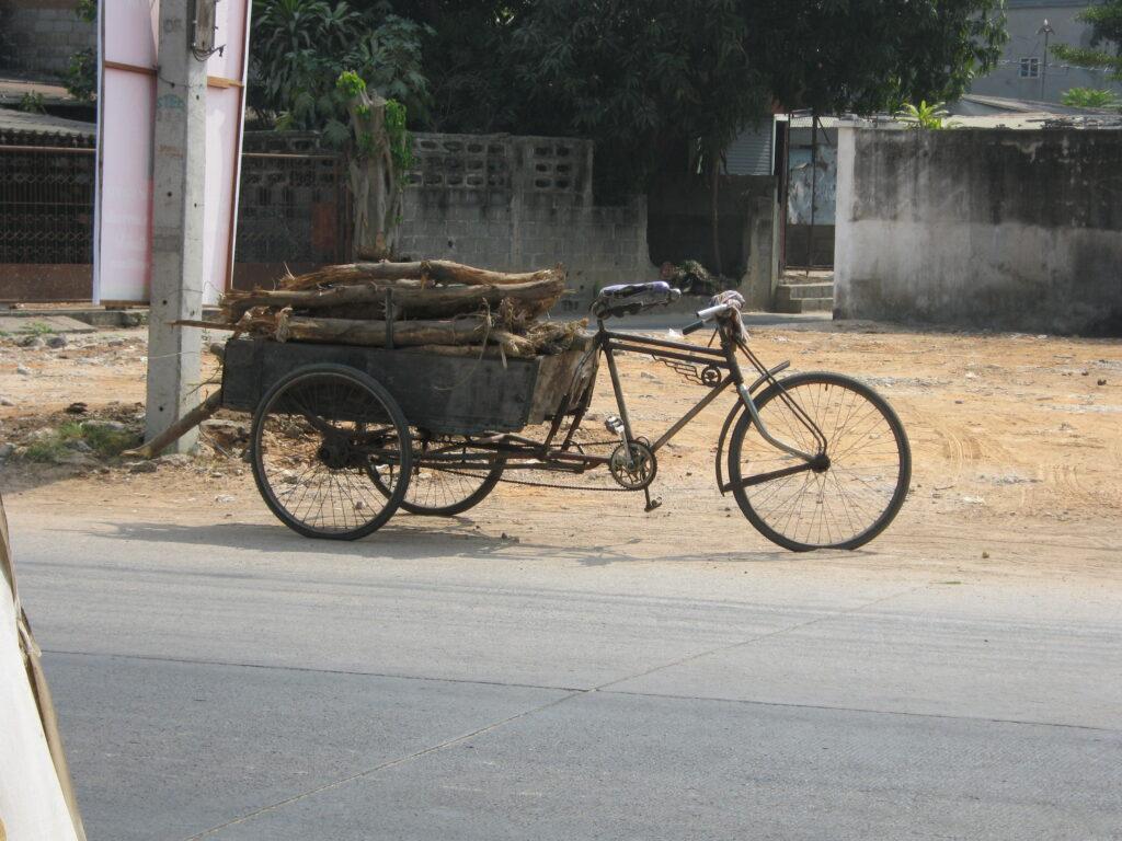 リヤカー付き自転車。