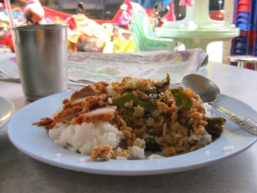 タイの肉が乗ったご飯。