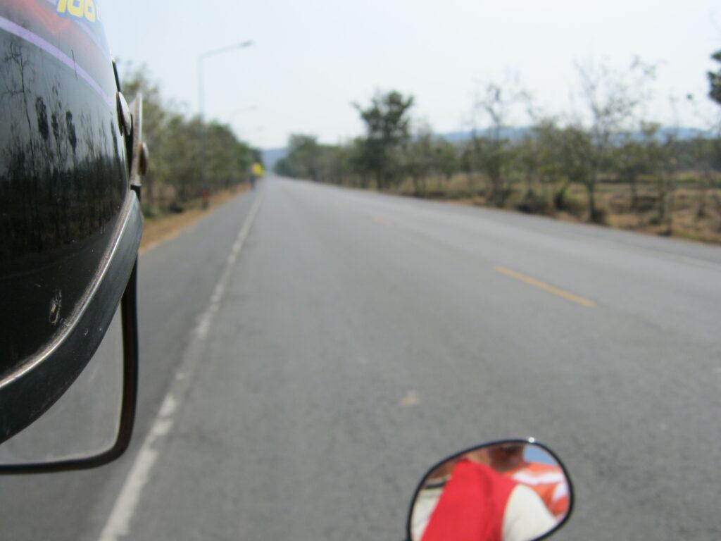 バイクタクシーでパノム・ルン史跡公園へ向かう。