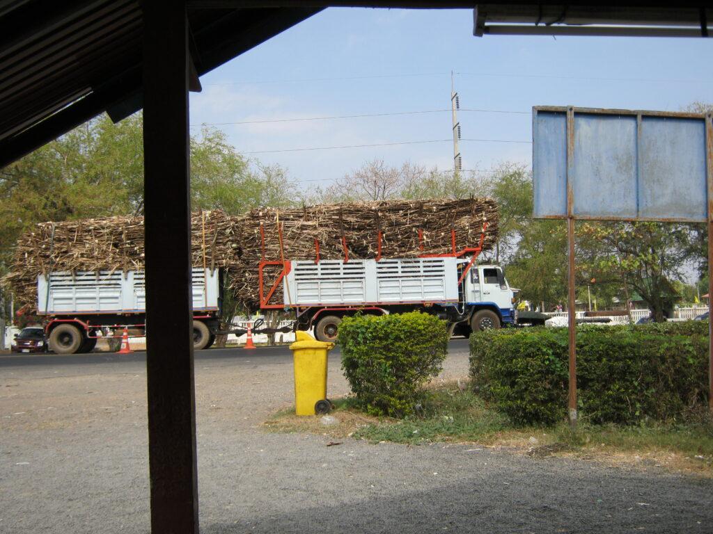 荷物山盛りのトラック。