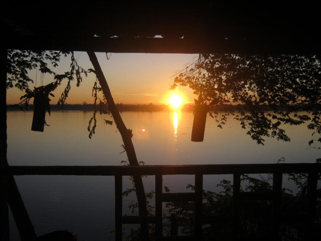 メコン川から昇る朝日。