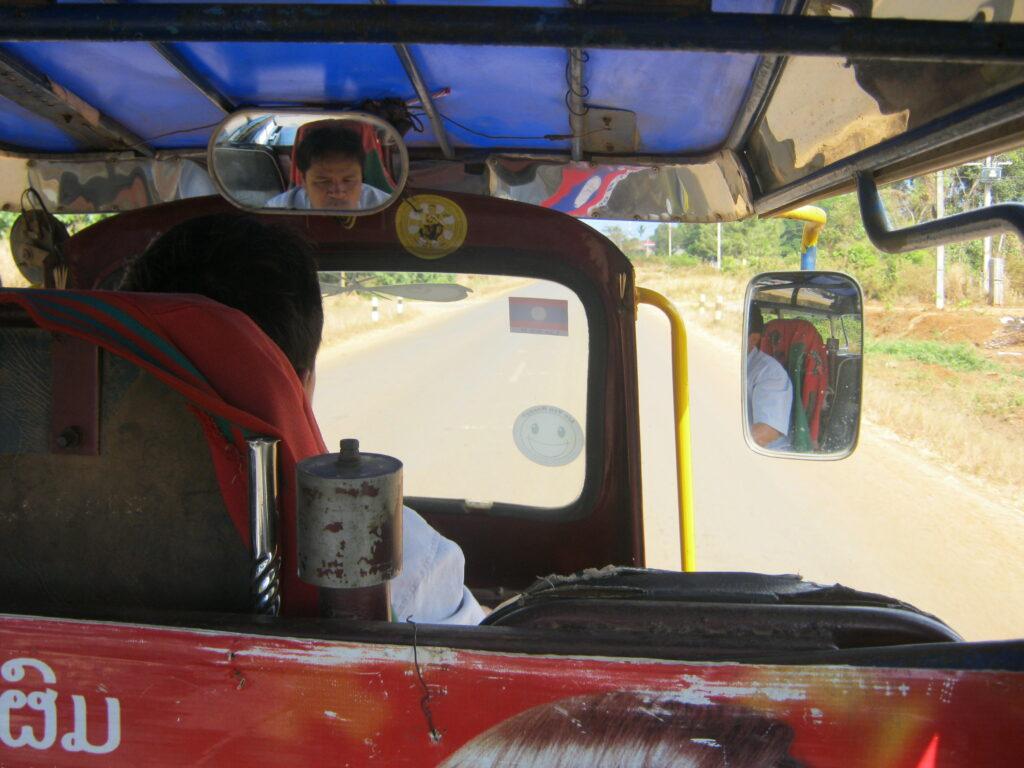 トゥクトゥクでタート・ニュアンの滝へ向かう。