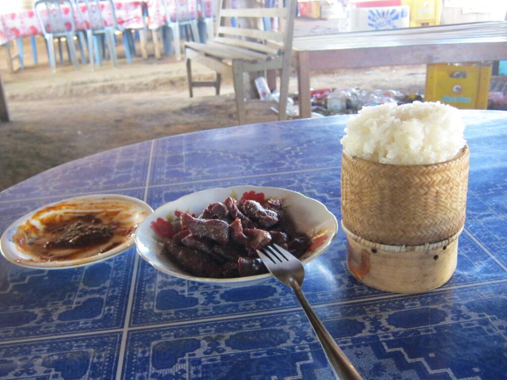 タート・ニュアンの滝の売店で、ご飯を食べる。
