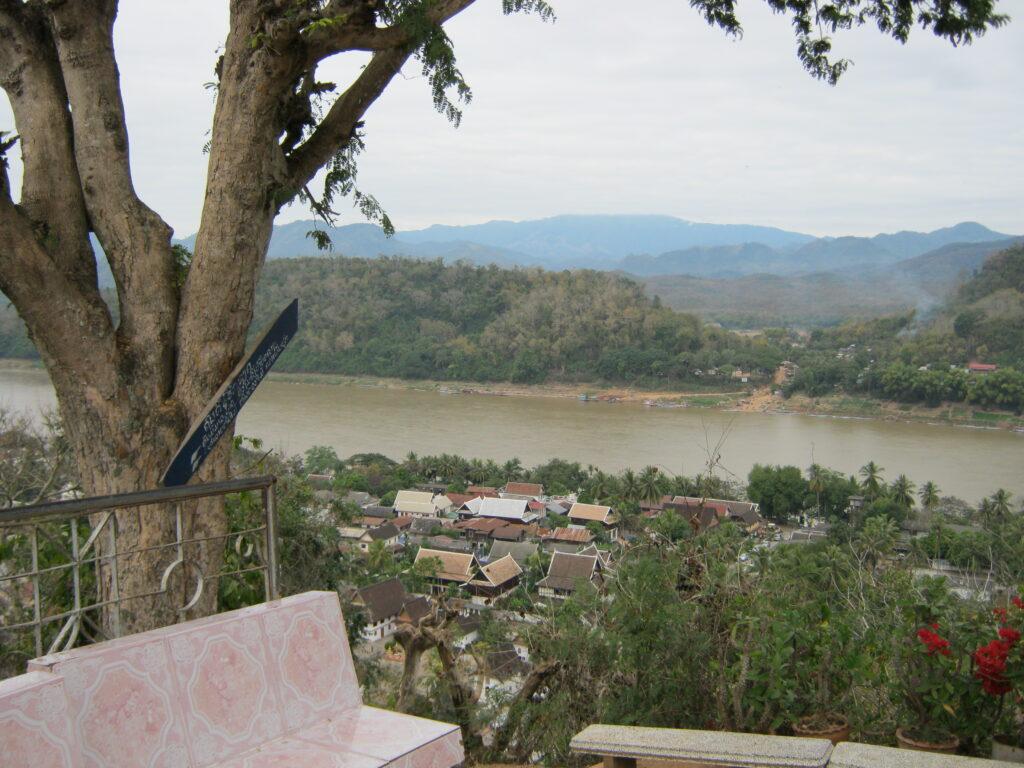 プーシーの丘からメコン川を眺める。