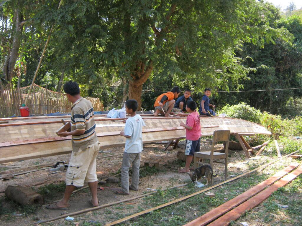 船づくりを手伝う子供達。