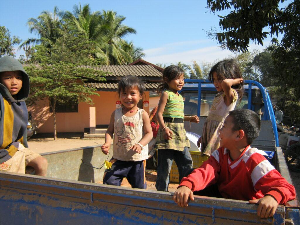 トラックに荷台で遊ぶ子供達。