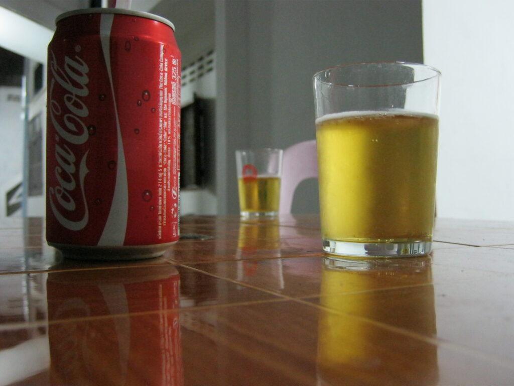 ゲストハウスのお兄ちゃんと一緒に酒を飲む。