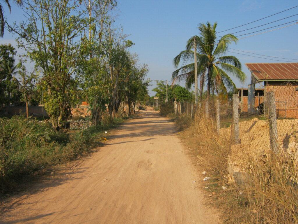 村へと続く赤土の道。