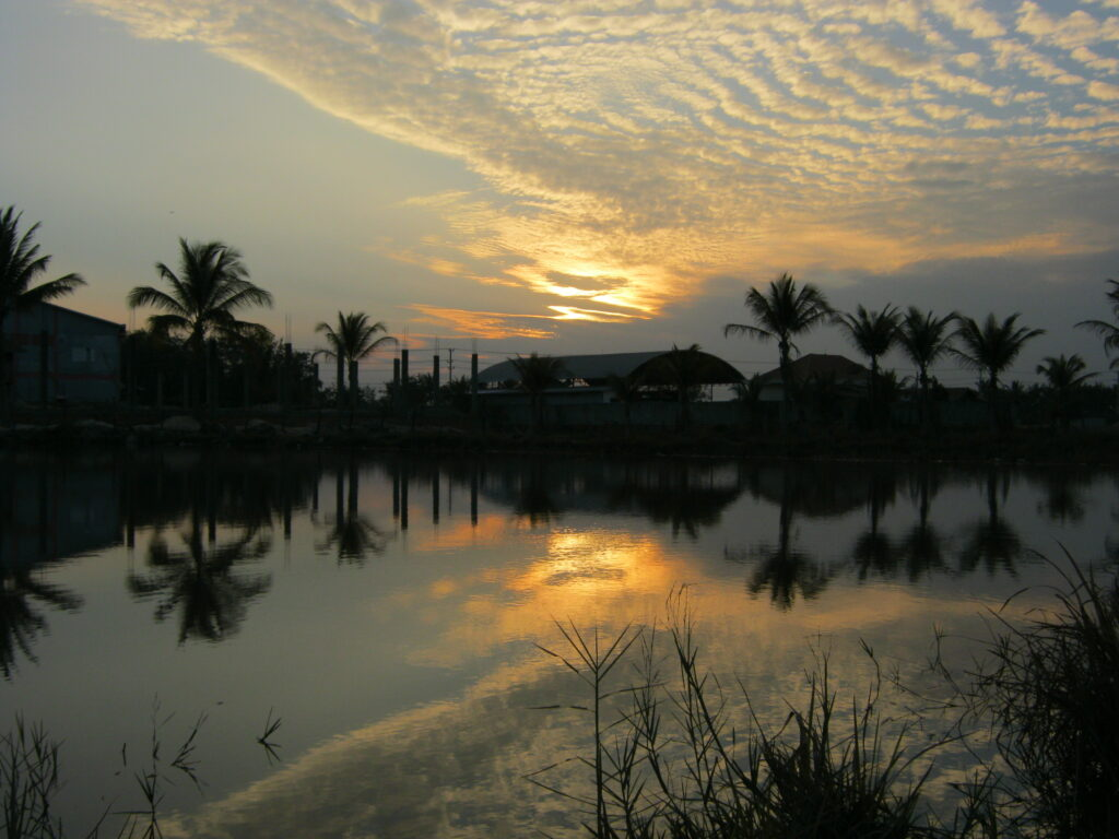 ラオスの水辺からの夕焼け。