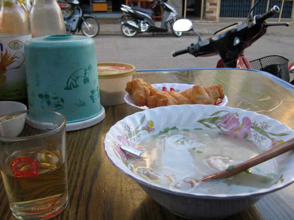 ラオスで麺を食べる。