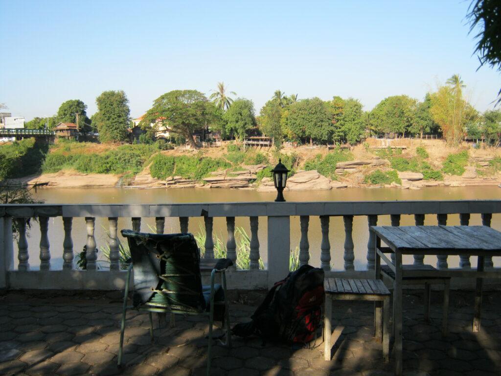 川沿いのゲストハウス。