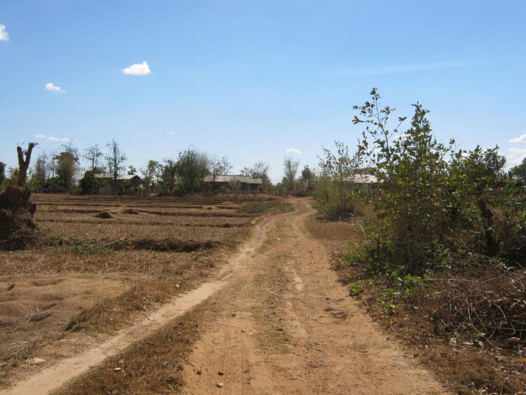 自転車で赤土の道を進む。