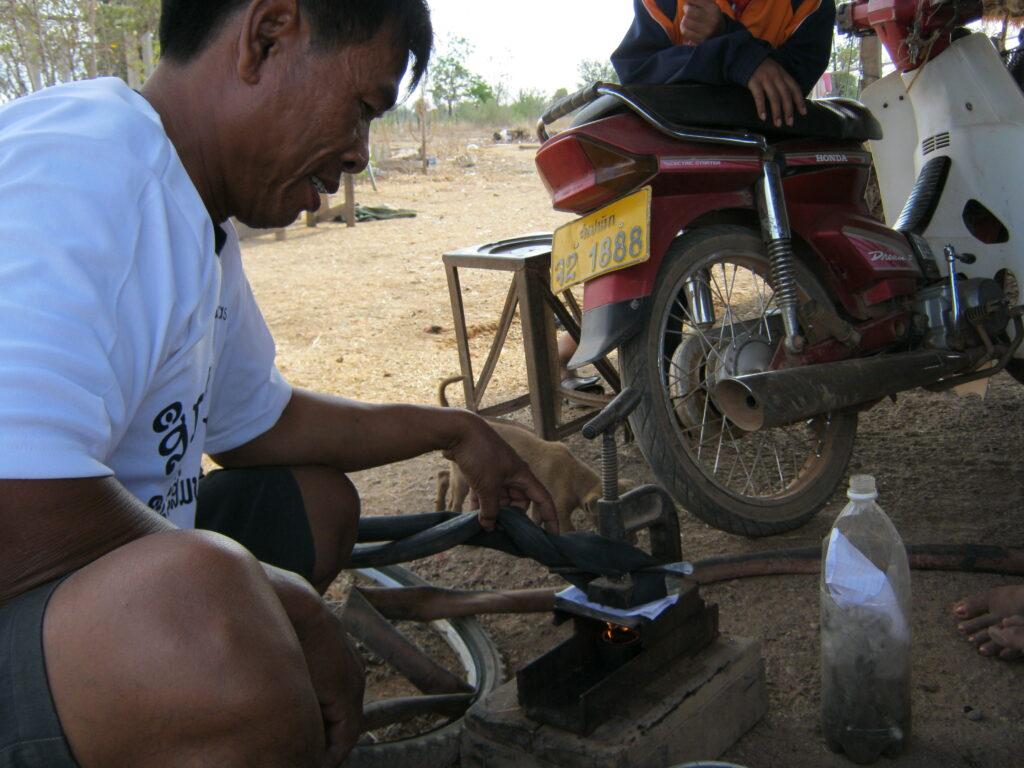 自転車のパンクを修理中。