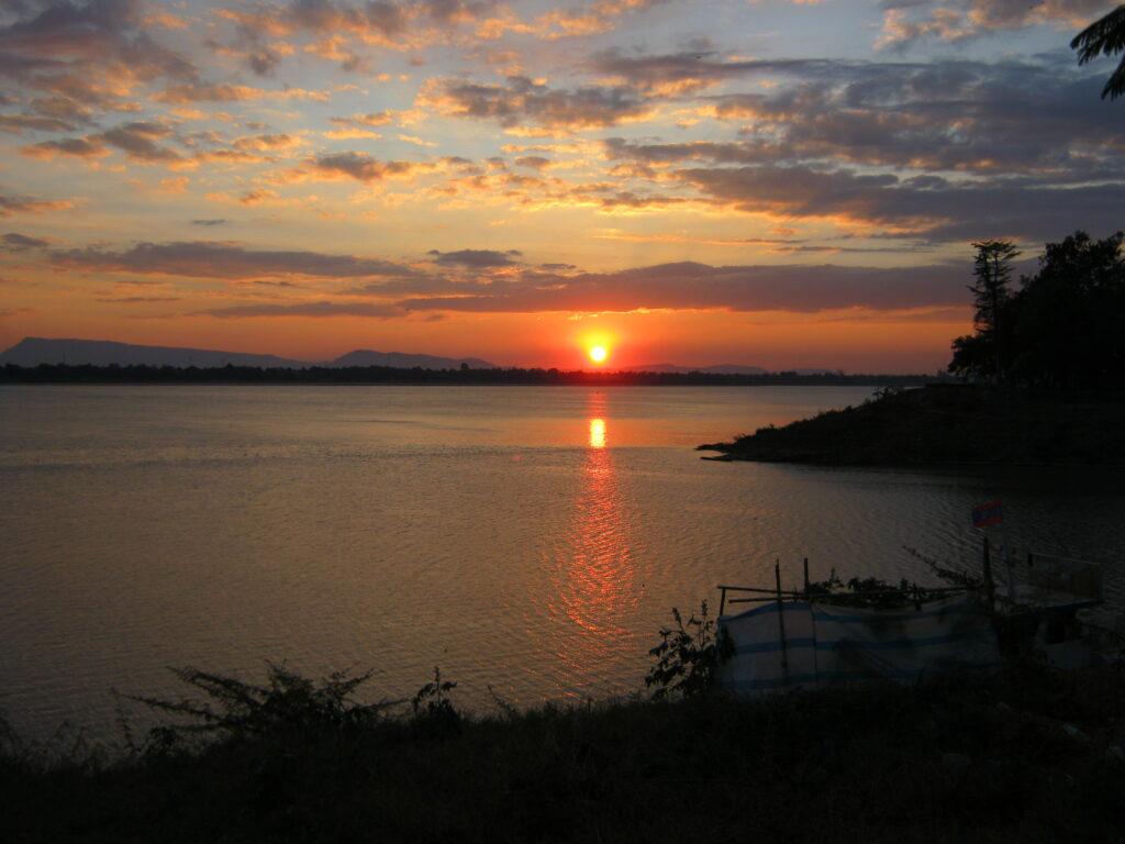 メコン川に沈む夕日。