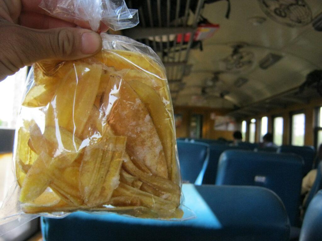 タイの列車で買い食いして、おやつを食べる。