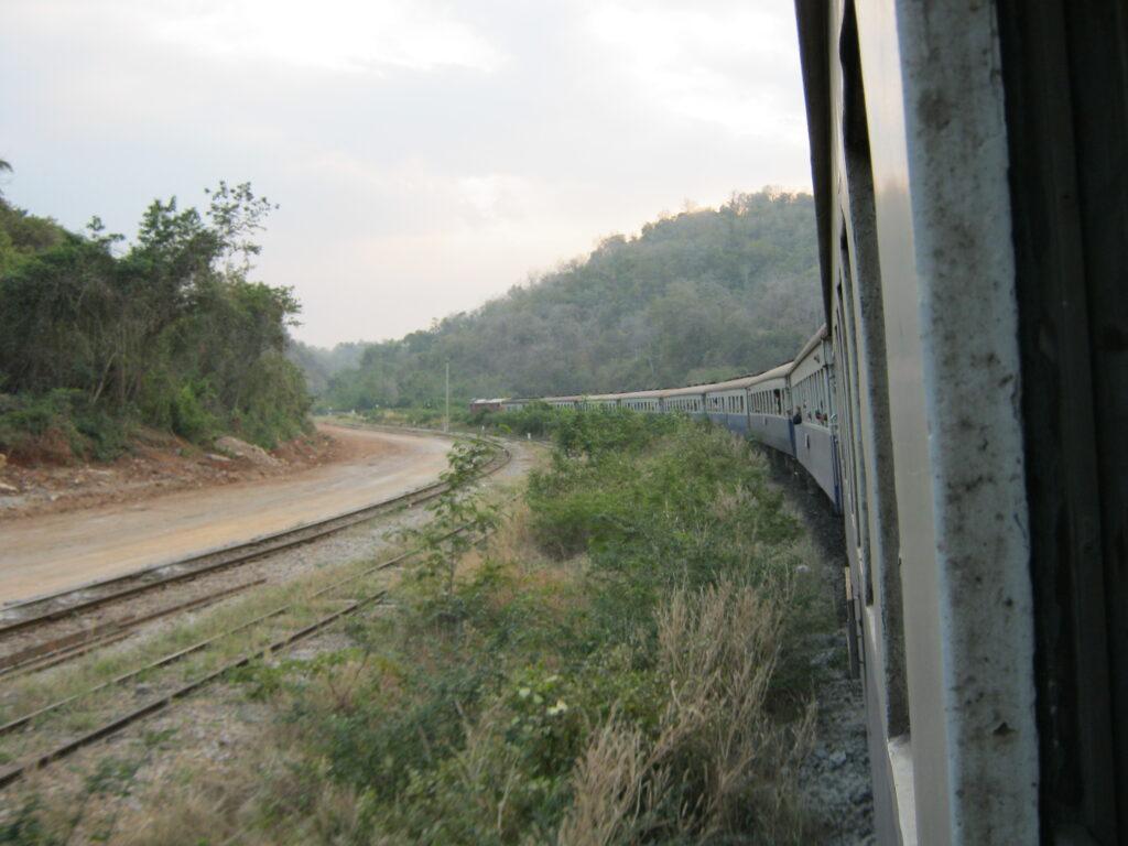 ウボンから、バンコク行きの列車の風景。