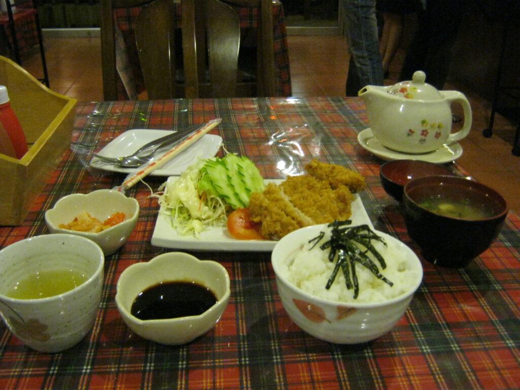日本食レストランで、トンカツ定食を食べる。