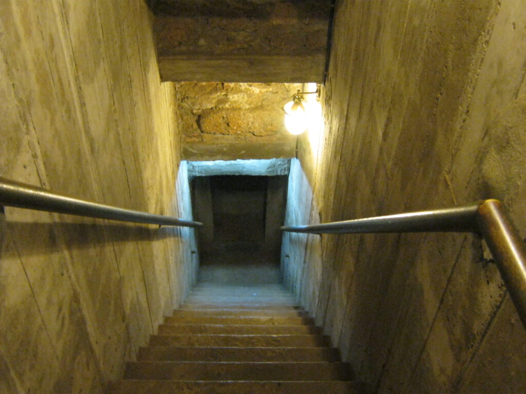 ワット・ラーチャブラナの神殿の中へ入る。