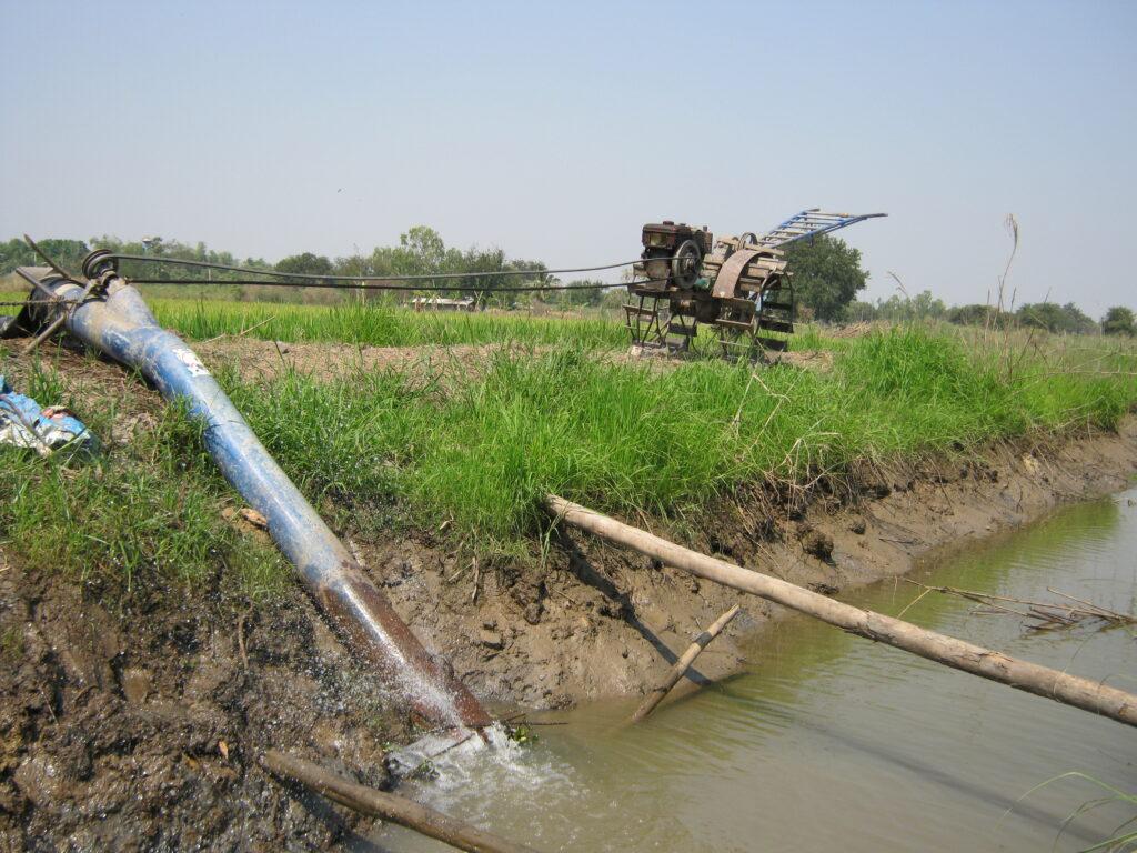 田んぼへ水をくみ上げている様子。