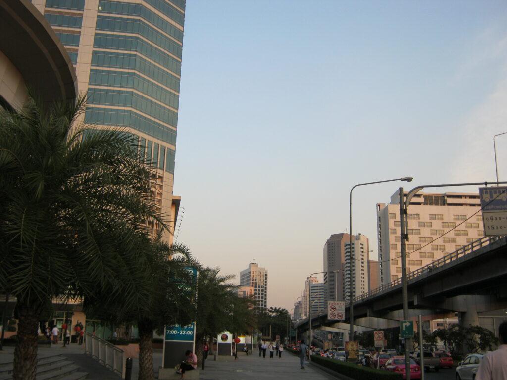 バンコク市内を歩いて進む。