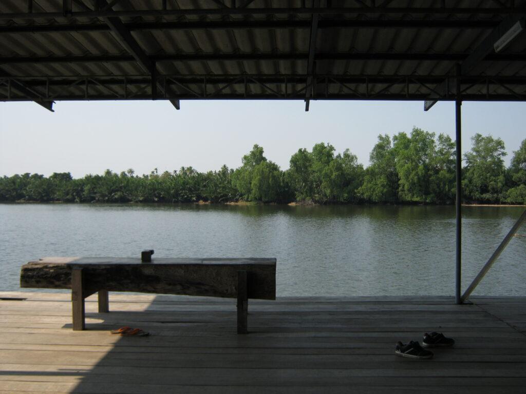 川のすぐそばで休憩。