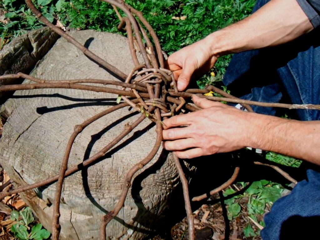 蔓を2本ずつ交互に編んでいく。