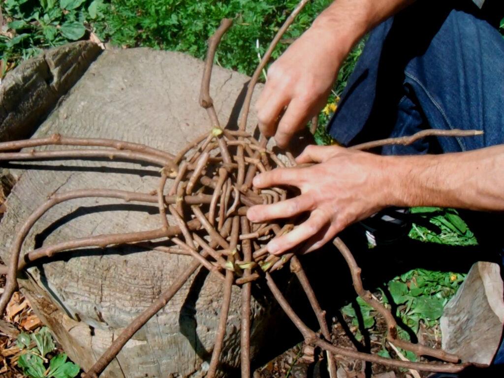蔓かごの底面を編む。