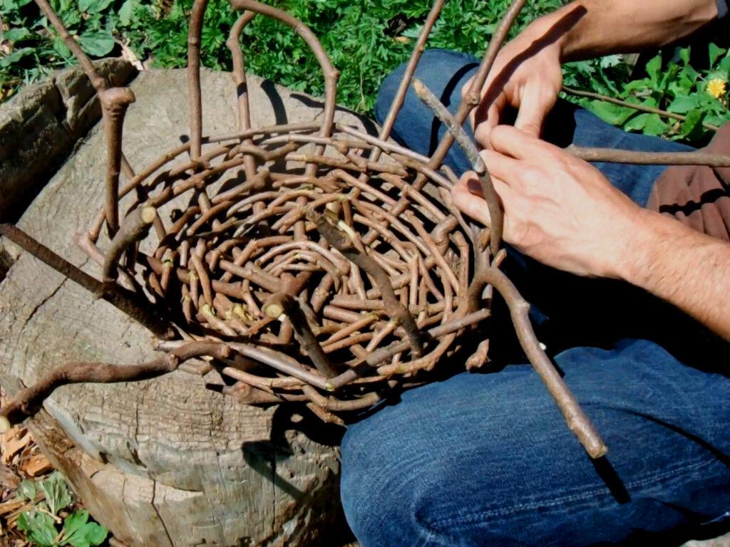 蔓かごの側面を編む。