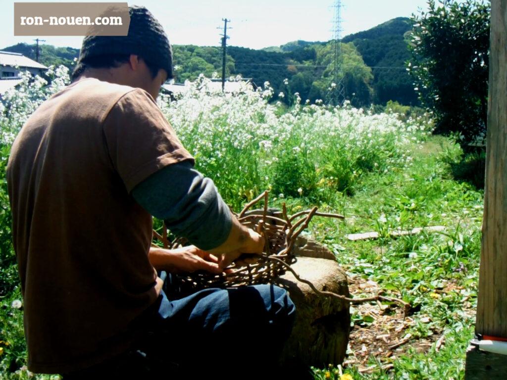 あけびの蔓かごを編んでいる所。