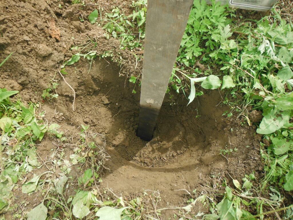 掘立柱を地面に埋める。
