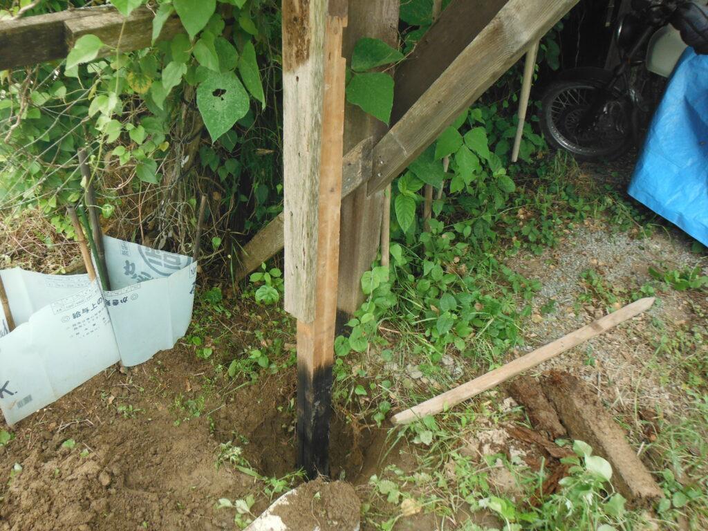 もう一方の掘立柱も補修する。