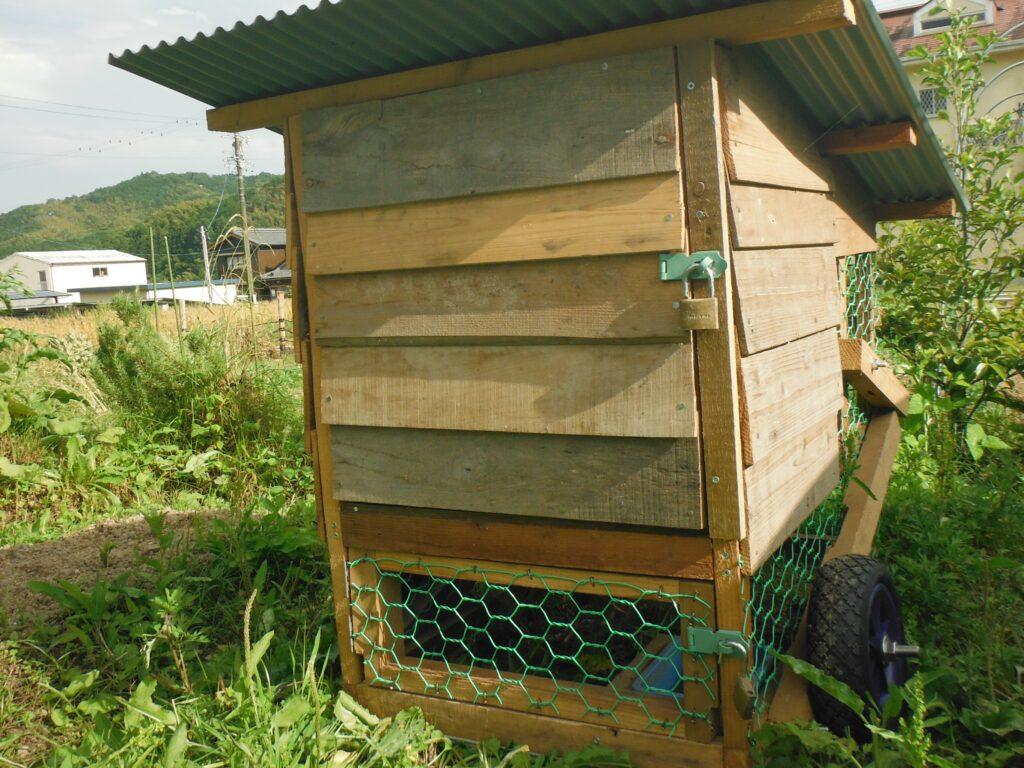 チキントラクターの産卵箱の外観。