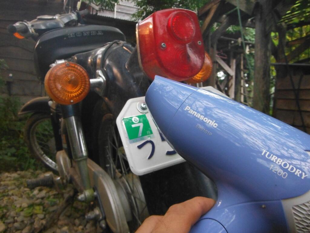 自賠責シールを無事バイクに貼り付けた。