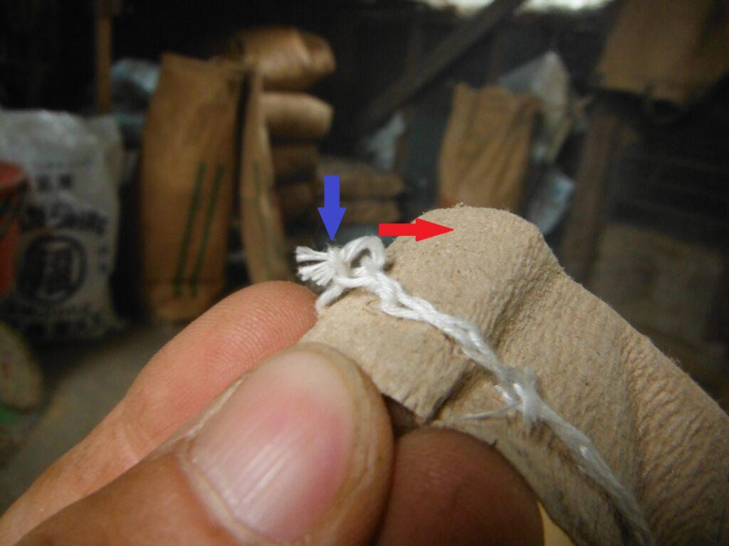 糸の端を輪っかに通す。