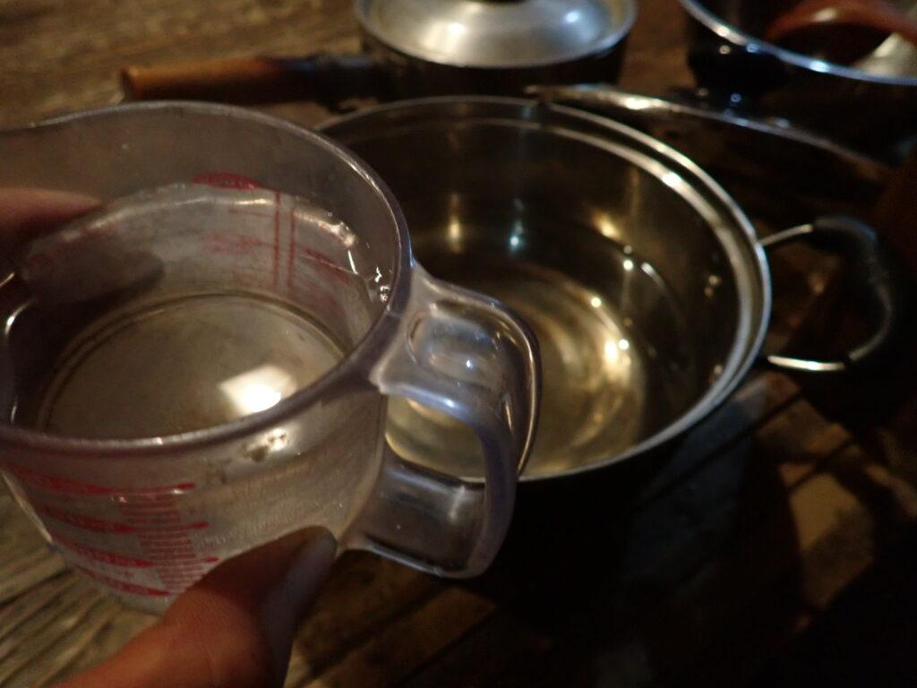 鍋に、180mlの水を入れる。